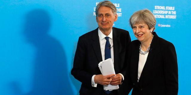 Storbritanniens finansminister Philip Hammond och Theresa May  Frank Augstein / TT NYHETSBYRÅN/ NTB Scanpix