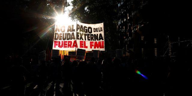"""Protester mot IMF:s stödpaket till Argentina. På skylten står """"Nej till utländsk skuld, IMF ska ut"""". IMF har gett landet ett stödpaket.  AGUSTIN MARCARIAN / TT NYHETSBYRÅN"""