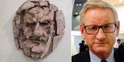 Carl Bildt i brons (tv) och livs levande (th). TT