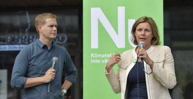 Miljöpartiets språkrör Gustav Fridolin och Isabella Lövin på Sergels torg. Jessica Gow/TT / TT NYHETSBYRÅN