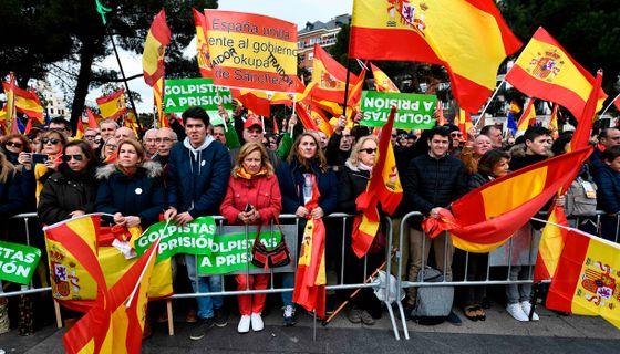 Demonstranterna viftade med spanska flaggor.