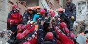 En skadad person grävs fram ur rasmassor i staden Elazig. PRESIDENTIAL PRESS OFFICE / TT NYHETSBYRÅN