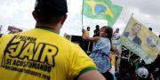 Arkivbild: Jair Bolsonaros anhängare vid ett kampanjrally i Manaus i helgen, där vicekandidaten Hamilton Mourao var inhoppare för den knivskadade Bolsonaro.  BRUNO KELLY / TT NYHETSBYRÅN
