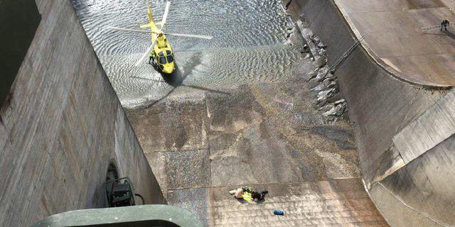 Räddningspersonal på platsen där en pappa kastat sin dotter från en bro vid en kraftverksdamm. Polisområde Jämtland
