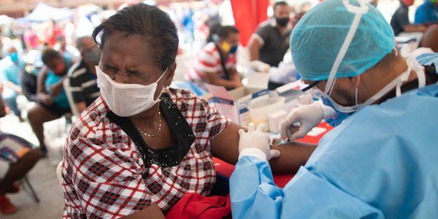 En kvinna i Caracas, Venezuela, testas för covid-19 Ariana Cubillos / TT NYHETSBYRÅN