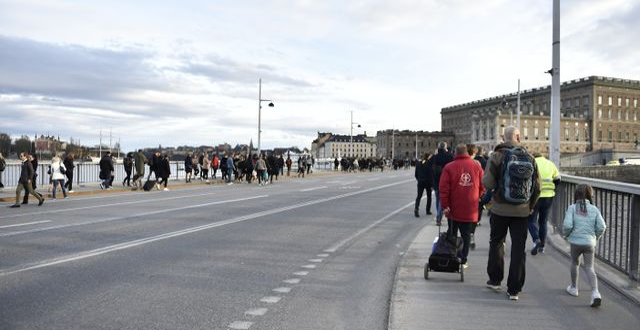 Fotgängare vid Stockholms slott på fredagskvällen. Noella Johansson / TT NYHETSBYRÅN