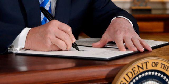 Donald Trump skickade hälsningen på Twitter och inte på papper – här skriver han på tillkännagivandet om att lämna Iranavtalet. Jonathan Ernst / TT NYHETSBYRÅN