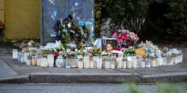 Ljus och blommor vid minnesplatsen Johan Nilsson/TT / TT NYHETSBYRÅN
