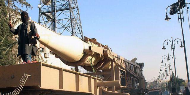 Arkivbild: IS visar upp vapen vid en parad i Raqqa Uncredited / TT / NTB Scanpix