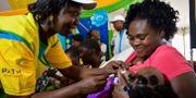 En hälsoarbetare ger vaccin till ett barn i västra Kenya. Joseph Odour / TT NYHETSBYRÅN