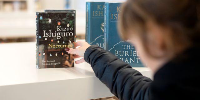 En kvinna tittar på böcker av den engelska författaren Kazou Ishiguro, som vann Nobelpriset i litteratur 2017. Björn Larsson Rosvall/TT / TT NYHETSBYRÅN