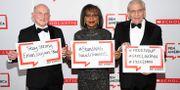 PEN-pristagarna Richard Robinson, Anita Hill och Bob Woodward håller upp skyltar till stöd för de fängslade pristagarna Nouf Abdulaziz, Loujain Al-Hathloul och Eman Al-Nafjan Evan Agostini / TT NYHETSBYRÅN