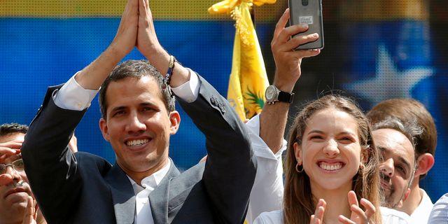 Juan Guiadó och hans fru.  CARLOS GARCIA RAWLINS / TT NYHETSBYRÅN