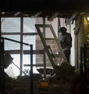 Bombtekniker från nationella bombskyddet undersöker området kring detonationen Rosengård i Malmö. Andreas Hillergren/TT / TT NYHETSBYRÅN
