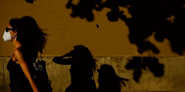 En kvinna med mask. Alvaro Barrientos / TT NYHETSBYRÅN