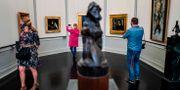 Besökare med ansiktsmasker besöker ett museum i Berlin idag. JOHN MACDOUGALL / TT NYHETSBYRÅN