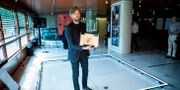"""Ruben Östlund firar guldpalmen på Filmhuset i Stockholm på torsdagen. Här står han i """"The Square"""". Christine Olsson/TT / TT NYHETSBYRÅN"""