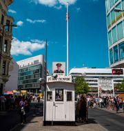 Checkpoint Charlie i Berlin. JOHN MACDOUGALL / AFP