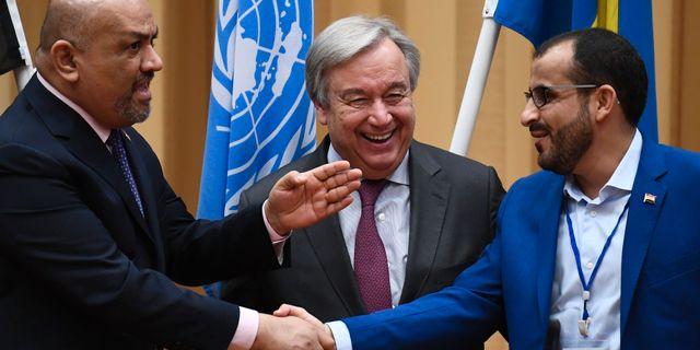 Utrikesminister Khaled al-Yamani, António Guterres och Huthirebellernas förhandlare Mohammed Abdelsalam. JONATHAN NACKSTRAND / AFP