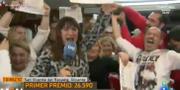 Den spanska reportern Natalia Escudero jublar tillsammans med andra lottovinnare. TVE