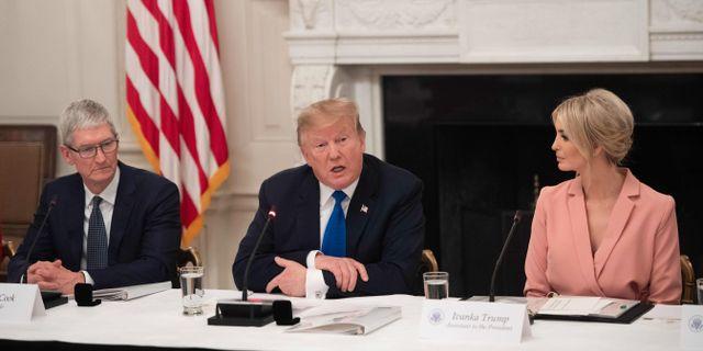 Tim Cook, Donald Trump och Ivanka Trump.  SAUL LOEB / AFP
