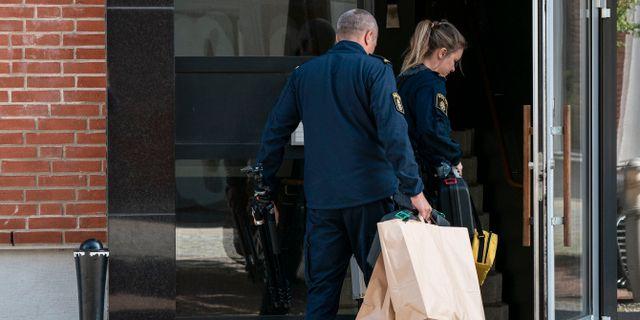 Polisens kriminaltekniker på plats efter att två personer har hittats döda i en lägenhet i Västra Hamnen i Malmö. Johan Nilsson/TT / TT NYHETSBYRÅN