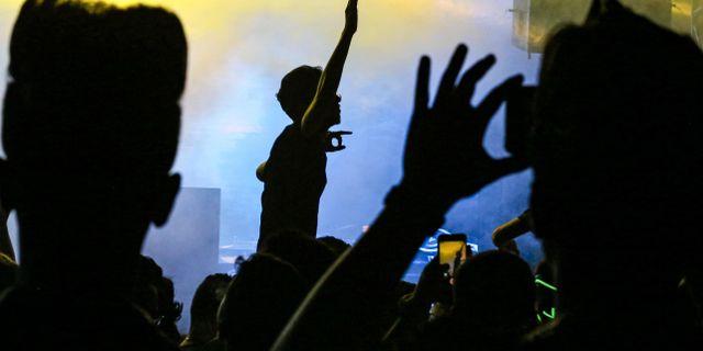 Irakiska ungdomar dansar på festivalen i Bagdad. AHMAD AL-RUBAYE / AFP