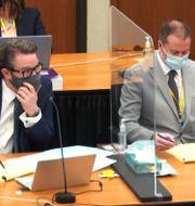 Advokaten Eric Nelson och polisen Derek Chauvin under rättegången. TT NYHETSBYRÅN