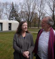 Elize Lutz och Harrie Dekkers vid huset i Eindhoven, Nederländerna.  Peter Dejong / TT NYHETSBYRÅN