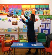 En brittisk lärare förbereder sitt klassrum.  ISABEL INFANTES / TT NYHETSBYRÅN
