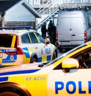 Polisen på plats vid ett flerfamiljshus i Markaryd. Johan Nilsson/TT / TT NYHETSBYRÅN