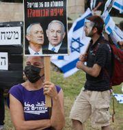 Protester mot den nya regeringsbildningen. MENAHEM KAHANA / TT NYHETSBYRÅN