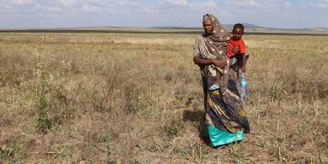 Asha Khalif Ali tillsammans med sin yngste son i utkanterna av Tuli Guledi i regionen Somali. GIULIA PARAVICINI / TT NYHETSBYRÅN