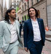 Robinhood-grundarna Baiju Bhatt och Vladimir Tenev – tillika vd – inför börsnoteringen i går.  Mark Lennihan / TT NYHETSBYRÅN