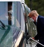Trump lämnar Walter Reed-sjukhuset i Maryland på måndagskvällen. Evan Vucci / TT NYHETSBYRÅN