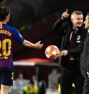 Manchester Uniteds norske tränare Ole Gunnar Solskjaer ger bollen till den spanske mittfältaren Sergi Roberto.  LLUIS GENE / AFP