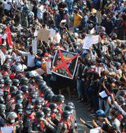 Demonstranter protesterar mot militären i huvudstaden Naypyitaw.  TT NYHETSBYRÅN