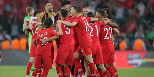 Turkiska fotbollslaget efter segern mot Frankrike i lördags. TT NYHETSBYRÅN/ NTB Scanpix