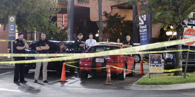 Polis utanför den restaurang där 24-åringen greps.  Gabriella Angotti-Jones / TT NYHETSBYRÅN