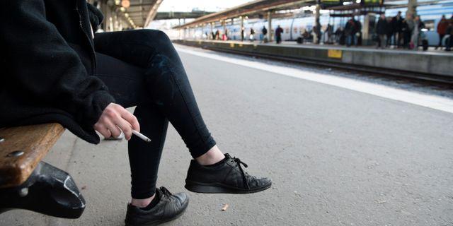 Rökande person på en perrong. Jessica Gow/TT / TT NYHETSBYRÅN