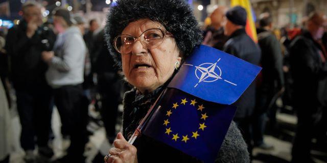 En kvinna protesterar i Bukarest, Rumänien, mot regeringen och för EU och Nato. Vadim Ghirda / TT NYHETSBYRÅN/ NTB Scanpix
