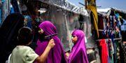 Kvinnor handlar inne i lägret. DELIL SOULEIMAN / AFP
