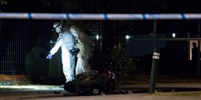 Polisens kriminaltekniker undersöker en moped  efter att en man skjutits i Malmö i juni. Johan Nilsson/TT / TT NYHETSBYRÅN