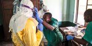 Vårdpersonal i Kongo-Kinshasa förbereder sig för att besöka en ebolapatient.  Mark Naftalin / TT / NTB Scanpix