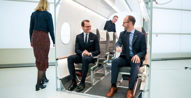 Prins Daniel och infrastrukturminister Tomas Eneroth (S) besöker elflygplanstillverkaren Heart Aerospaces utställning vid Säve flygplats utanför Göteborg. Adam Ihse/TT / TT NYHETSBYRÅN