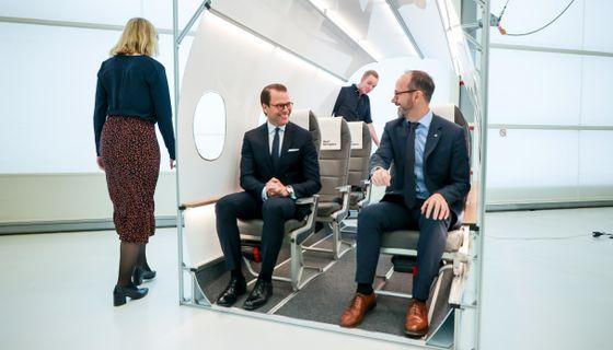 Prins Daniel och infrastrukturminister Tomas Eneroth (S) besöker elflygplanstillverkaren Heart Aerospaces utställning vid Säve flygplats utanför Göteborg.