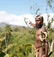 Prins Philip/Albi Nagia pekar mot berget där man tror att prinsens ande finns, på ön Tanna i Vanuatu/Arkivbild TT
