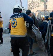 Hjälparbetare tar hand om skadade efter attacken. TT NYHETSBYRÅN