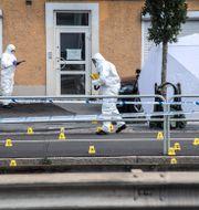Polisens tekniker jobbar vid mordplatsen.  Anders WiklundTT / TT NYHETSBYRÅN