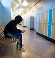 Pojke i skolkorridor. Arkivbild.  JESSICA GOW / TT / TT NYHETSBYRÅN